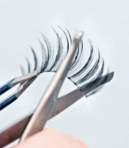 Nožničkami skráťte vonkajšie okraje mihalníc... | foto: bigboxsave.com