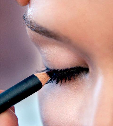 Než začnete s lepením mihalníc... krok 2 | foto: bigboxsave.com