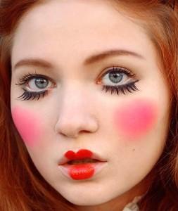 Bábikovský nevinný make-up a umelé mihalnice pre Halloween | thecampuscompanion.com